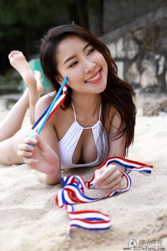 我爱肏美女_香港女星穿比基尼玩带操跳跃旋转展现好身材_我爱香港